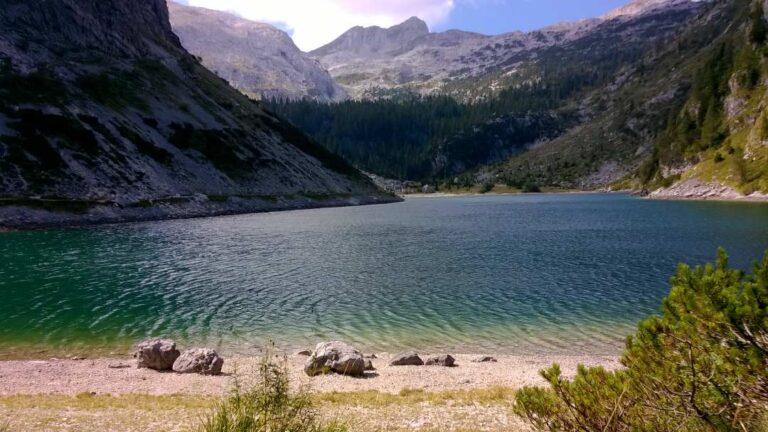 Krnsko jezero in Krn v ozadju Planina nad Lepeno